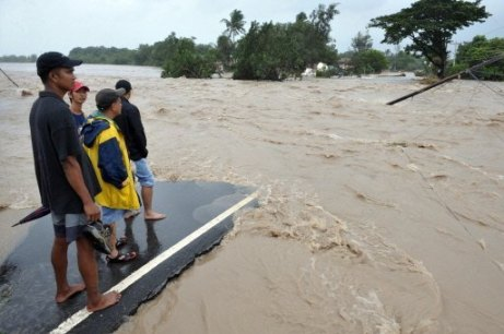Filipino villagers are left stranded by Kiko