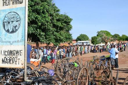 queue-outside-Admarc-for-maize