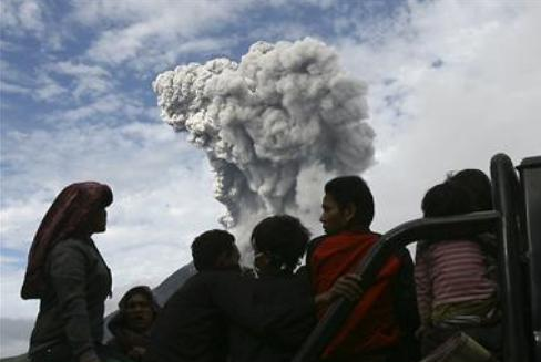 sinabung erupting 24nov2013